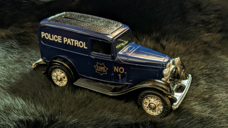 SMOKEY BEAR 1905 FORD DIE CAST DELIVERY CAR BANK 1:25 SCALE LOCKING COIN BANK
