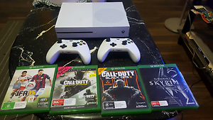 xbox one s 500gb 2 controllers 4 games Springvale Greater Dandenong Preview