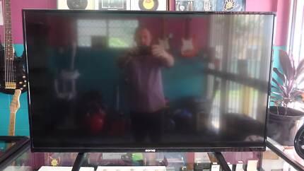 """Soniq 43"""" TV with Remote"""