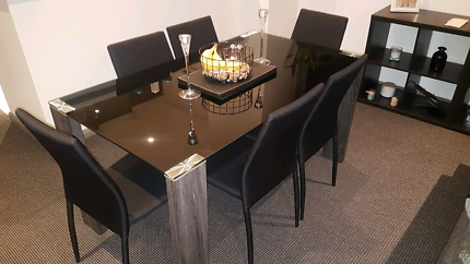Beautiful Black glass dining table with 6 chairs (6 months old)