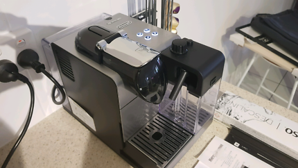 Nespresso Pod Coffee Machine - Delonghi Lattissima Plus EN520