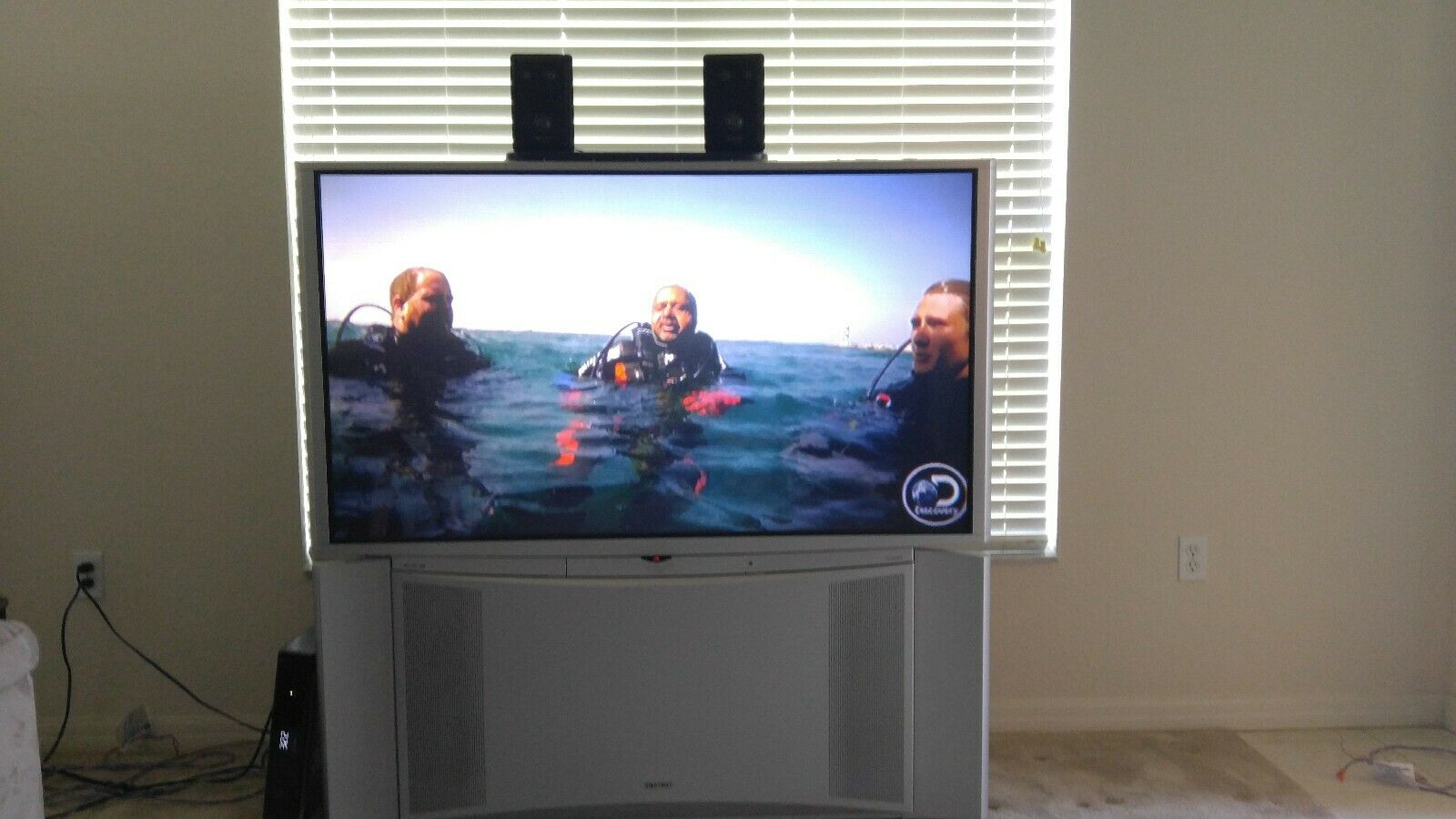 HITACHI WIDE SCREEN PROJECTION TV  MODEL 57f510  HI Definition & Surround Sound