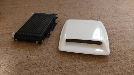 Top mount intercooler and bonnet scoop / hood scoop