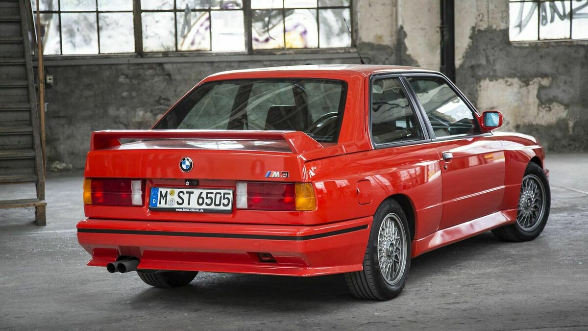 Roter BMW 3er E30 in Lagerhalle