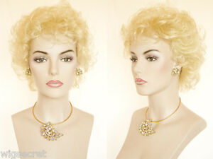 Featherweight-Construction-Short-Wavy-Layered-Hairstyle-Blonde-Curly-Wigs