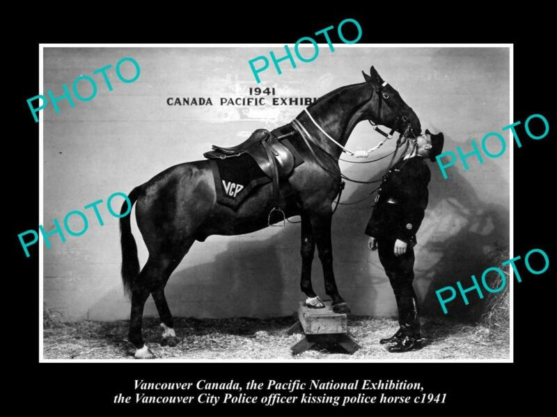POSTCARD SIZE PHOTO OF CANADA VANCOUVER THE VANCOUVER KISSING POLICE HORSE 1941