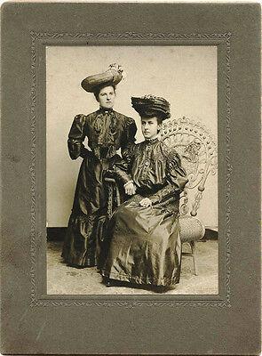 EDWARDIAN FASHION, PORTRAIT OF TWO STYLISH WOMAN & ORIGINAL ca 1900's  PHOTO