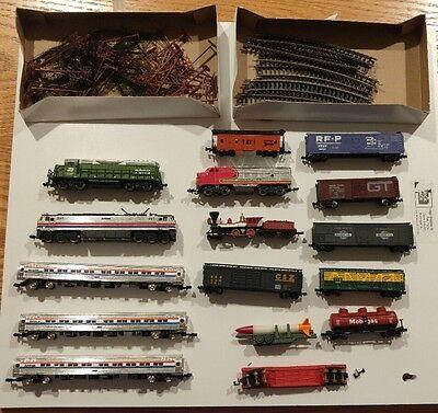 N scale locomotive train cars lot & accessories