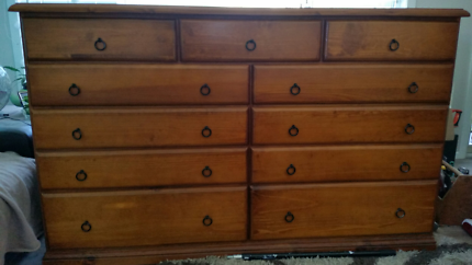 dresser/chest of drawers