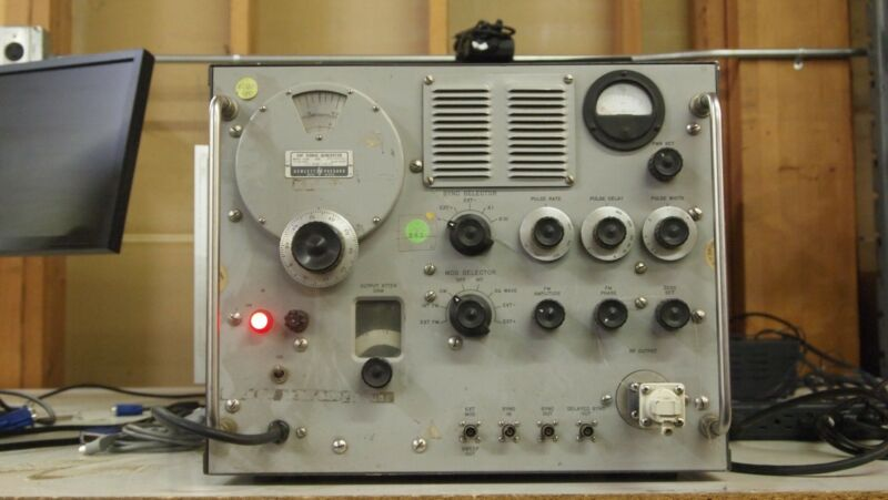 HP 628A SHF to 21GHZ Pule Square Wave FM Modulation Signal Generator