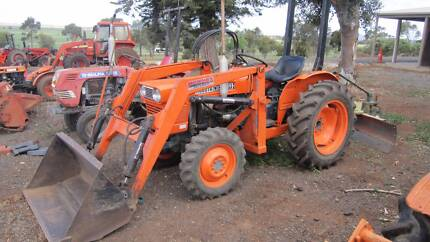 kubota L245DT  4wd tractor. Front loader with standard bucket.