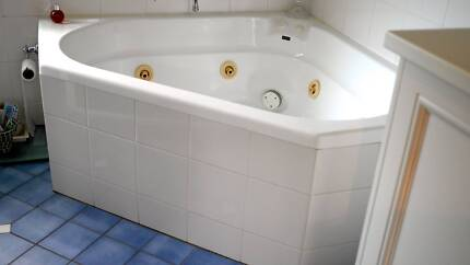 CORNER SPA BATH PLUS MOTOR.. Chatswood Willoughby Area Preview