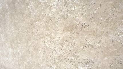 •White shaggy rug combination of thick and thin shagg polyester