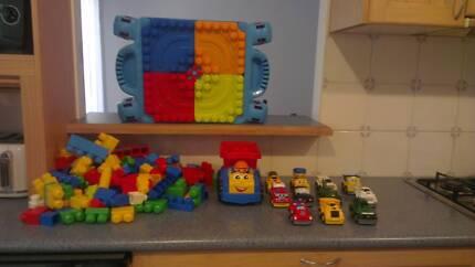 Mega Bloks Play N Go Table & Mega Blocks & 11 mega blok cars