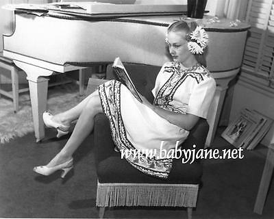 001 VERONICA LAKE CANDID RELAXING & READING PHOTO