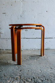 VINTAGE RETRO MID CENTURY PAIR OF STACKABLE BENT PLYWOOD OCCASIONAL TABLES ALVAR AALTO STYLE