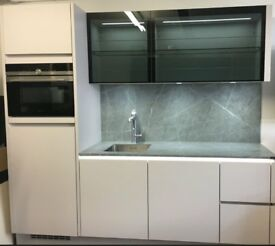 SOPHISTICATED, ELEGANT, GERMAN KITCHEN, NEW SIEMENS APPLIANCES ONLY £2999 RRP 10,500. Save £7,501!