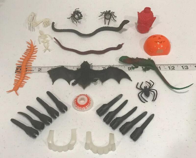 25 Vintage Halloween Trick Or Treet Trinkets Jigglers Lizard Centipede Rosbro?