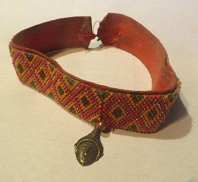Collier ras du cou en perles avec pendentif thaïlandais de laiton