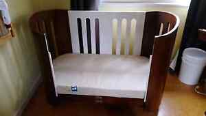 Bloom Luxo cot bed Australia Preview