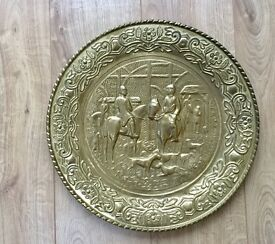 VINATGE ANTIQUE BRASS WALL PLATE, PLATTER, HORSERIDING HUNTING SCENE, HOME BAR, MAN CAVE