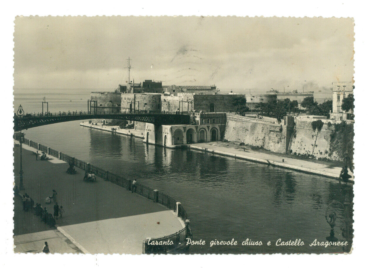 TARANTO PONTE GIREVOLE CHIUSO E CASTELLO ARAGONESE ANIMATA VIAGGIATA 1950