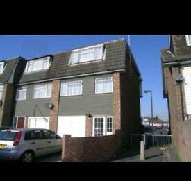 Large 4 Double Bedroom House (off st parking & garden). 8 mins walk to Prince Regent DLR Station