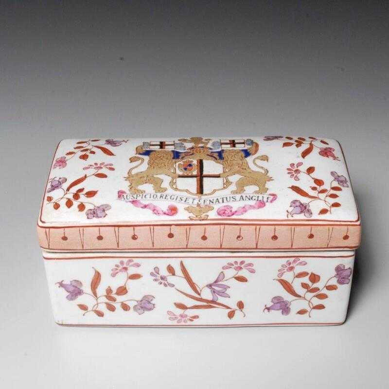 VINTAGE CHINESE EXPORT ARMORIAL REPRODUCTION CERAMIC BOX