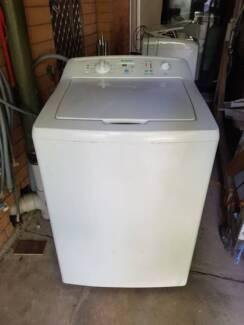Huge 9.5kg Simpson top load washing machine.