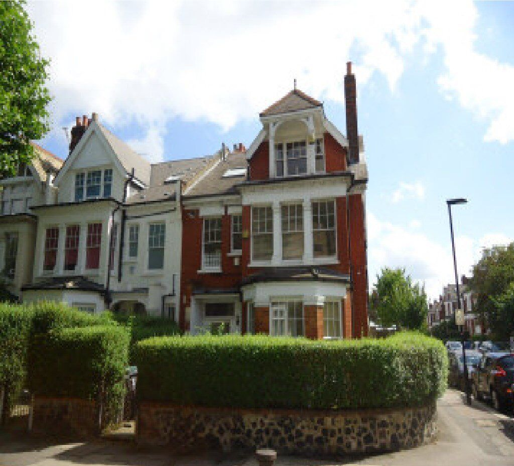 2 double bedroomed split level top floor conversion in end of terrace Victorian property. There is a