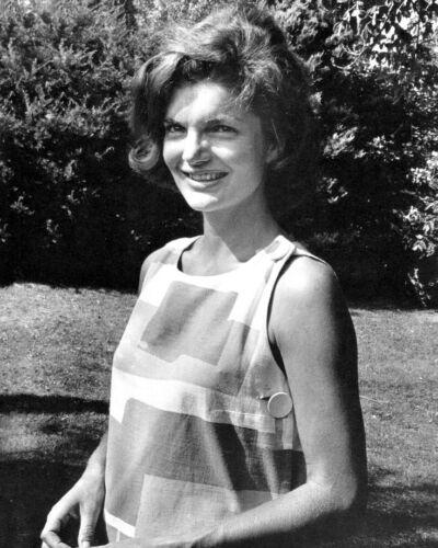 FIRST LADY JACQUELINE KENNEDY - 8X10 PHOTO (AZ436)