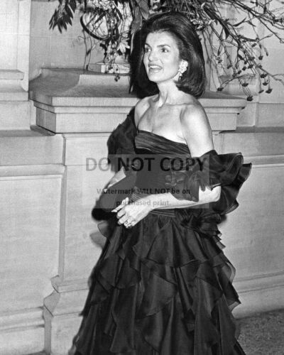 JACQUELINE JACKIE KENNEDY ONASSIS AT AN EVENT IN 1979 - 8X10 PHOTO (BB-181)