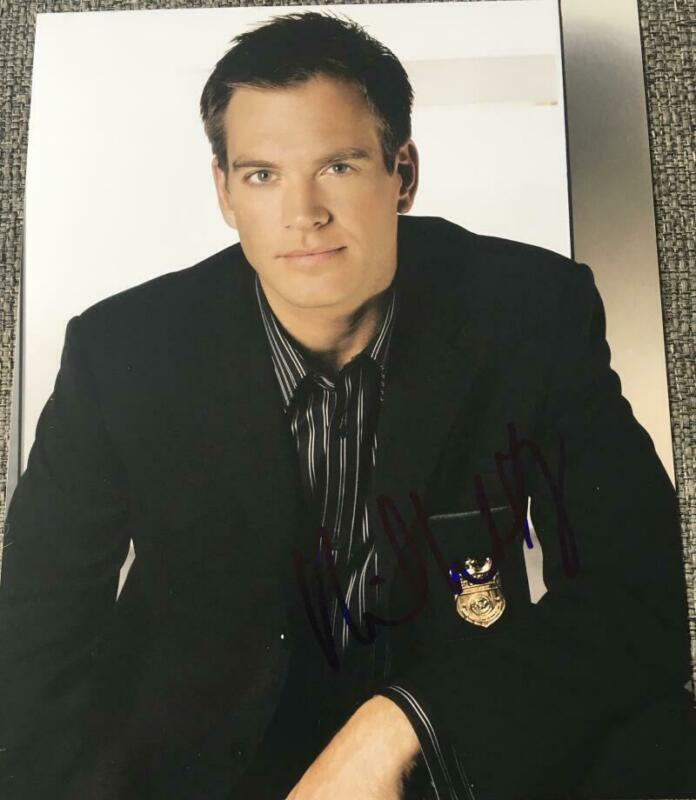 MICHAEL WEATHERLY SIGNED AUTOGRAPHED 8X10 PHOTO - CASUAL SUIT STUD NCIS STAR COA