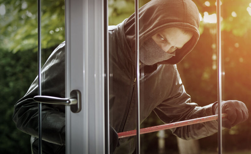 5 Sekunden – und der Einbrecher ist drin! Mit diesen 5 Tricks machen Sie Ihre Fenster einbruchssicher (© 123rf.de)