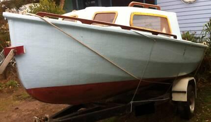 Half Cabin Sail Boat selling cheap