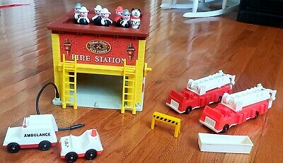 VINTAGE FISHER PRICE LITTLE PEOPLE FIRE HOUSE STATION #928 Trucks, Firemen & Dog