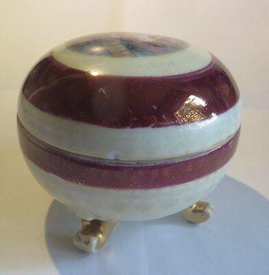 Bonbonnière ou boite à bijoux en céramique mauve, blanc et or avec représentatio