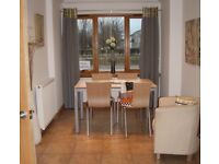 Quality Dining Table - with extending leaves - seats 4, 6 or 8 people