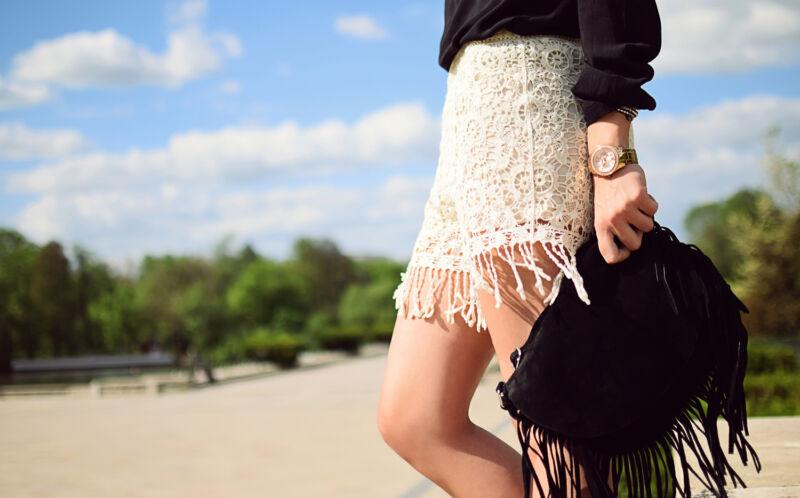 Häkel-Shorts und Taschen mit Fransen geben dem Boho-Look den richtigen Ethno-Touch. (© Thinkstock via The Digitale)