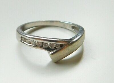 A VERY PRETTY 9ct WHITE GOLD 10 POINT DIAMOND SET CONTEMPORARY STYLE RING