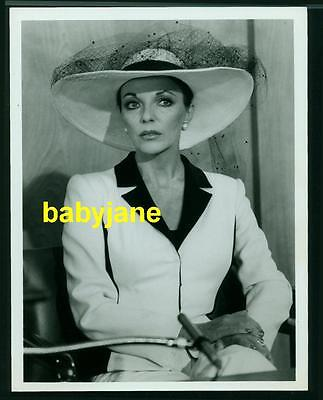 JOAN COLLINS VINTAGE 7X9 PHOTO 1981 DYNASTY IN COURT SITTING IN WITNESS CHAIR