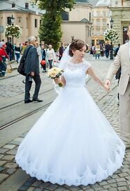Beautiful wedding dress size 8 in very good conditions
