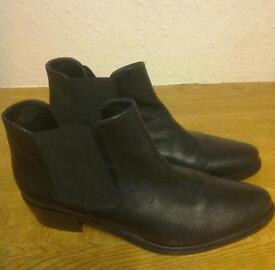 Ladies black boots size 6