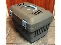 "GREY PET CARRIER SUITABLE FOR SMALL DOG, CAT, RODENT, PIGEON. Approx dimensions L. 18""x W.14""x H.14"""
