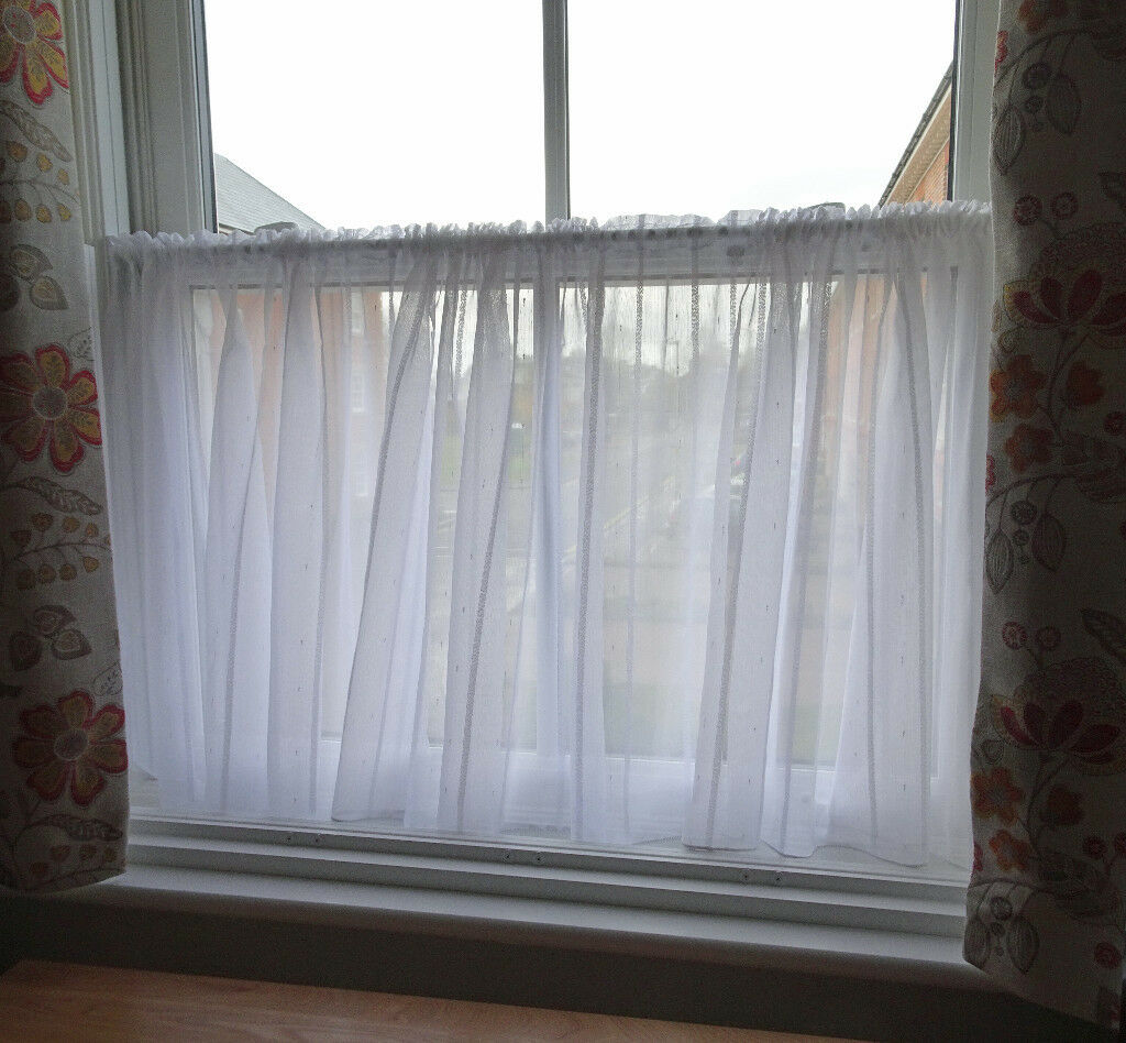 CAFÉ STYLE NET CURTAINS AND TENSION RODS (x2) Excellent condition