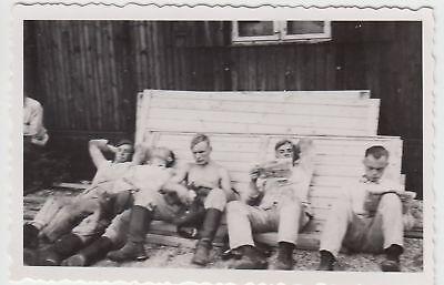 (F16742) Orig. Foto RAD Lager 1933-45, Männer ruhen an Baracke