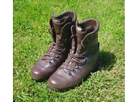 Altberg defender walking boots size 10w in great condition, breathable, sturdy, comfortable