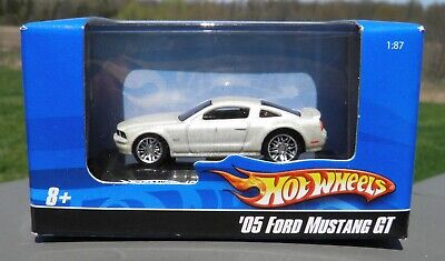 2007 Hot Wheels 1:87 scale '05 Ford Mustang GT set of 2 cars