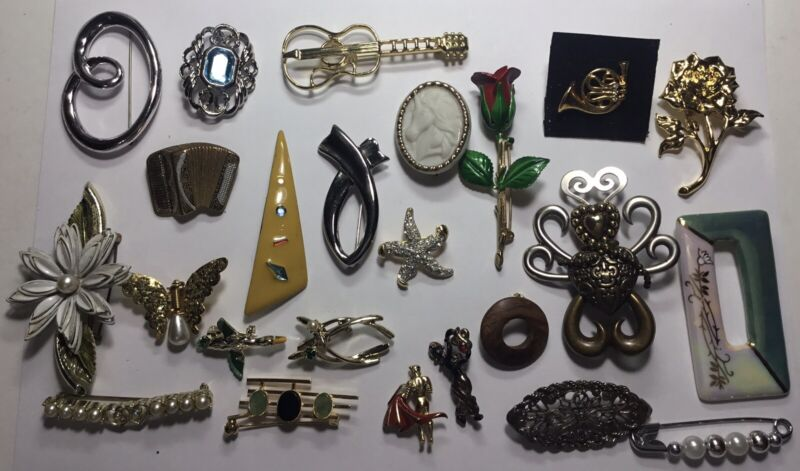 VINTAGE COSTUME 24 LADIES PINS FROM AVON NICE MIX OF DESIGNS MANY GOLD/ SILVER