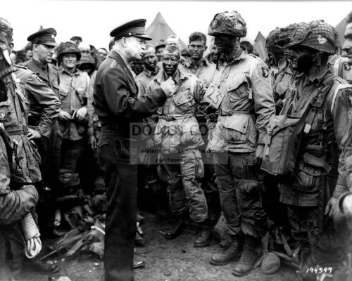 GENERAL DWIGHT D. EISENHOWER w/ PARATROOPERS BEFORE D-DAY - 8X10 PHOTO (ZZ-002)